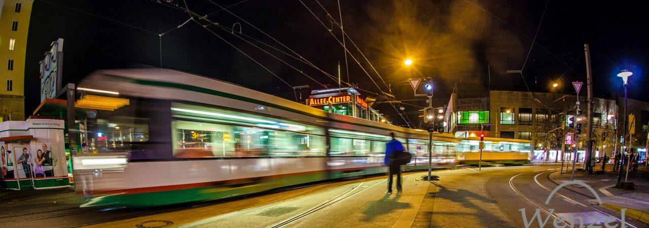 Abendaufnahme der Straßenbahn von Wenzel Oschington